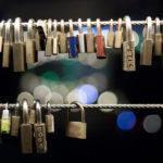 Accrochez un cadenas sur le pont des amoureux à Ljubljana