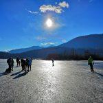 Patinez sur un lac gelé à Cerknica